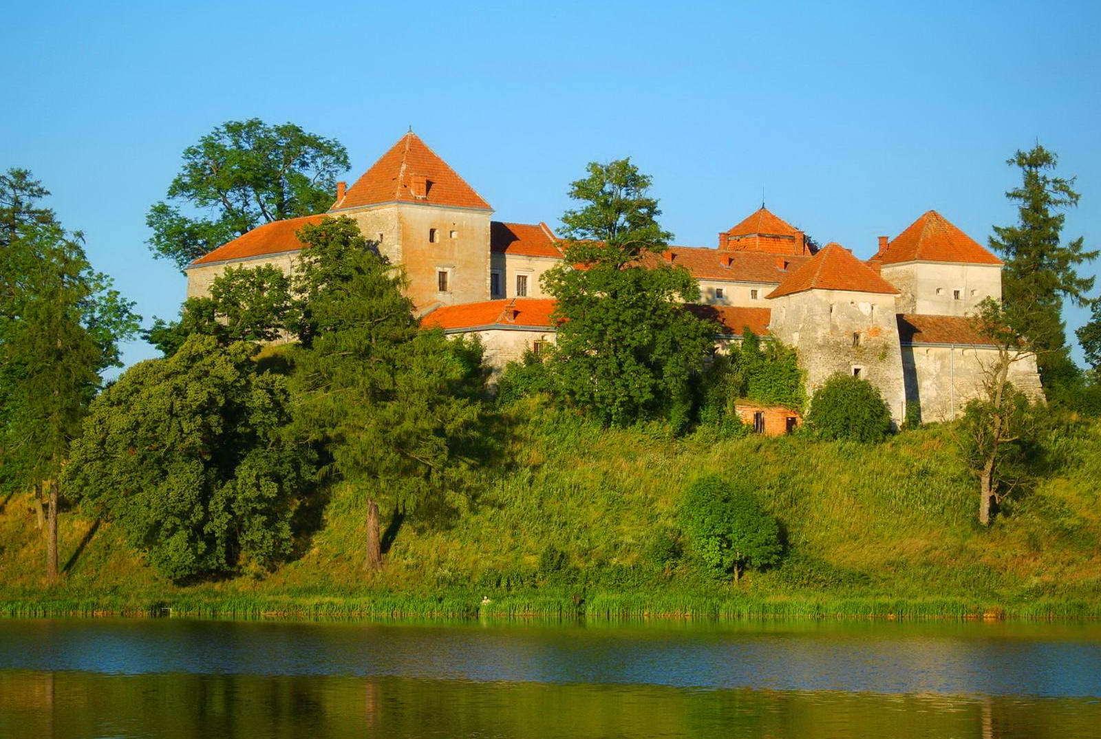 Замок у пруда