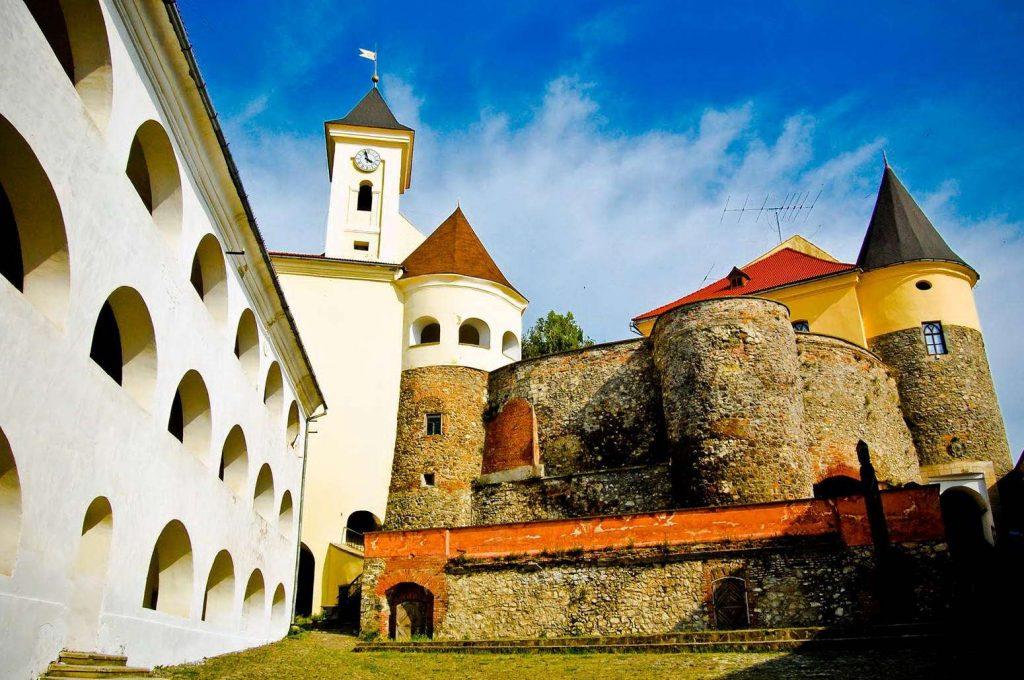 Замок термальні води Косино і вино